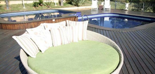 Deck com bar, piscina e spa aquecido