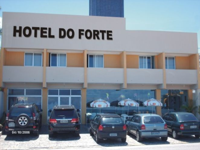 Fachada do hotel com estacionamento privado